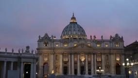 Visión cercana en la puesta del sol de San Pedro en la Ciudad del Vaticano almacen de metraje de vídeo