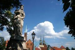 Visión con la catedral de St John el Bautista de Wroclaw en Polonia - Ostrow Tumski foto de archivo libre de regalías