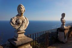 Visión con las estatuas de la ciudad de Ravello, costa de Amalfi, Italia Fotografía de archivo libre de regalías