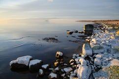 Visión costera con colores que ponen en contraste y agua lisa imagenes de archivo