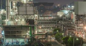 Visión de conjunto de una refinería del petróleo y gas, de las tuberías y de las torres, h imagen de archivo libre de regalías