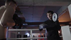 Visión de debajo el entrenamiento de los boxeadores jovenes, preparándose para una batalla decisiva El boxeador con su coche es e almacen de video