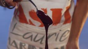 Visión de la sustancia violeta que se derrama sobre la cuchara metálica y que gotea abajo metrajes