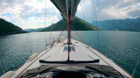 Visión de primera persona desde un barco que flota a través de las aguas de la montaña metrajes