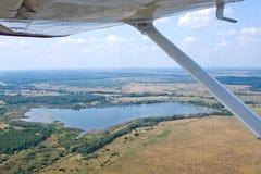 Visión debajo del ala del aeroplano Fotografía de archivo libre de regalías