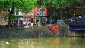 Visión del centro de ciudad y durante las fuertes lluvias en Bristol, Reino Unido metrajes