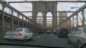 Visión dentro de un coche como cruza el puente de Brooklyn metrajes