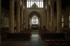 Visión dentro de una iglesia inglesa imagenes de archivo