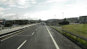 Visión dentro del coche a través del parabrisas en un paisaje hermoso, tráfico de coche en el camino de Civitavecchia a Roma almacen de video