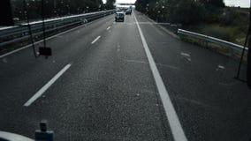 Visión dentro del coche a través del parabrisas en un paisaje hermoso, tráfico de coche en el camino de Civitavecchia a Roma metrajes