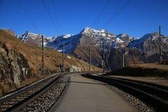 Visión desde Alp Grum, pista curvada del ferrocarril de Bernina fotografía de archivo libre de regalías