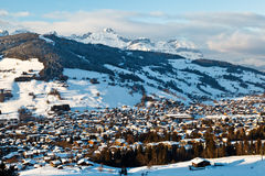 Visión desde antedicho en el pueblo de montaña de Megeve Foto de archivo