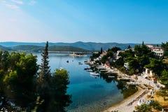 Visión desde arriba de la bahía en el mar Mediterráneo Fotografía de archivo libre de regalías