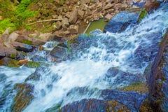 Visión desde arriba de la cascada que cae abajo, paisaje del bosque con una cascada, donde comienza la pendiente para regar Fotografía de archivo