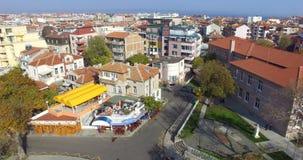 Visión desde arriba de la ciudad vieja de Pomorie en Bulgaria metrajes