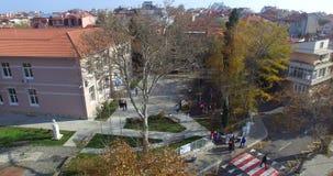 Visión desde arriba de la escuela de formación profesional y de la ciudad vieja de Pomorie en Bulgaria almacen de video