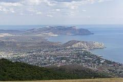Visión desde arriba de la montaña hacia el mar Foto de archivo