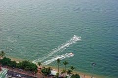 Visión desde arriba de la playa del centro turístico con los hydrocycles Fotos de archivo