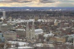 Visión desde arriba de la torre en el parlamento de Canadá con la basílica de la catedral de Notre-Dame, el parlamento Hil Imágenes de archivo libres de regalías
