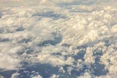 Visión desde arriba de las nubes el volar sobre las nubes en el avión Fotos de archivo libres de regalías