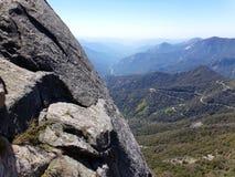Visión desde arriba de Moro Rock con su textura de la roca sólida, montañas de desatención y valles - parque nacional de secoya fotografía de archivo