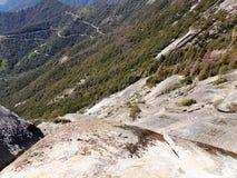 Visión desde arriba de Moro Rock con su textura de la roca sólida, montañas de desatención y valles - parque nacional de secoya foto de archivo