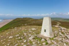 Visión desde arriba de Rhossili abajo de Gower Wales Reino Unido con el punto del trig Fotografía de archivo