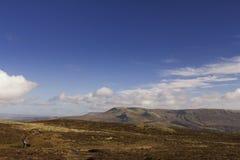 Visión desde arriba de una montaña en las montañas escocesas fotografía de archivo libre de regalías
