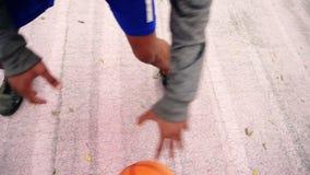 Visión desde arriba del baloncesto practicante del hombre afroamericano irreconocible afuera Tiro a cámara lenta almacen de video