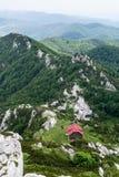 Visión desde arriba del pico a un refugio de la montaña Foto de archivo libre de regalías