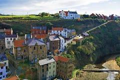 Visión desde arriba del pueblo de Staithes, cerca de Scarborough, en North Yorkshire imagenes de archivo