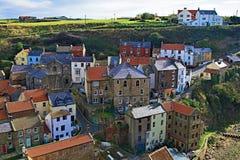 Visión desde arriba del pueblo de Staithes 2, cerca de Scarborough, en North Yorkshire imágenes de archivo libres de regalías