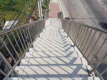Visión desde arriba del puente de la calzada del paso superior fotografía de archivo