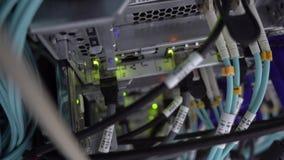 Visión desde arriba del servidor óptico Estante del servidor El v?deo contiene ruido almacen de metraje de vídeo