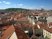 Visión desde ayuntamiento viejo en el castillo de Praga y Petrin Imagen de archivo libre de regalías