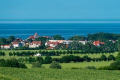 Visión desde Bastorf a la ciudad Kühlungsborn y al mar Báltico foto de archivo libre de regalías