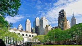 Visión desde Bryant Park, Manhattan, NYC imagenes de archivo