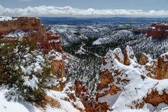 Visión desde Bryce Canyon, Utah con nieve, al valle abajo Fotografía de archivo