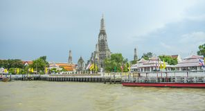Visión desde Chao Praya River a Wat Arun, el Temple of Dawn, Bangkok, Tailandia fotos de archivo libres de regalías