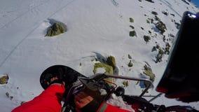 Visión desde de arriba a abajo en cuesta nevada del esquí y rastros de la elevación de silla opinión de la Primero-persona metrajes