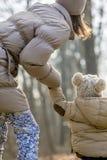 Visión desde de la madre joven que se inclina a su niño po del niño Imagen de archivo