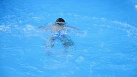 Visión desde de un muchacho joven que salta en piscina almacen de video