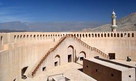 Visión desde dentro de las montañas de desatención en la distancia, Nizwa, Omán del fuerte de Nizwa fotografía de archivo libre de regalías