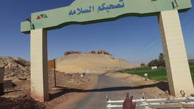 Visión desde detrás de la recogida en un camino del desierto en Asuán, Egipto almacen de metraje de vídeo
