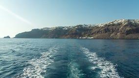 Visión desde detrás del barco que sale de una isla almacen de metraje de vídeo