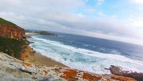 Visión desde el acantilado de la reserva de naturaleza de Robberg, bahía de Plettenberg, Suráfrica almacen de metraje de vídeo