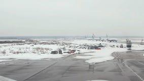 Visión desde el aeroplano al aeropuerto almacen de metraje de vídeo