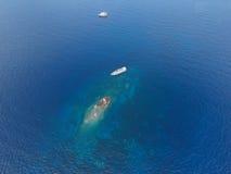 Visión desde el aeroplano de un movimiento una nave grande en el CCB del océano Fotografía de archivo libre de regalías