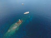 Visión desde el aeroplano de un movimiento una nave grande en el CCB del océano Fotos de archivo libres de regalías
