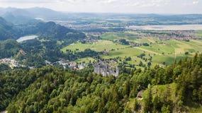 Visión desde el aire al castillo del castillo de Neuschwanstein en las montañas alpinas Imágenes de archivo libres de regalías